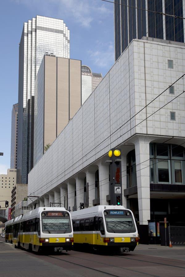 Lekcy poręczy pociągi w w centrum Dallas obrazy royalty free