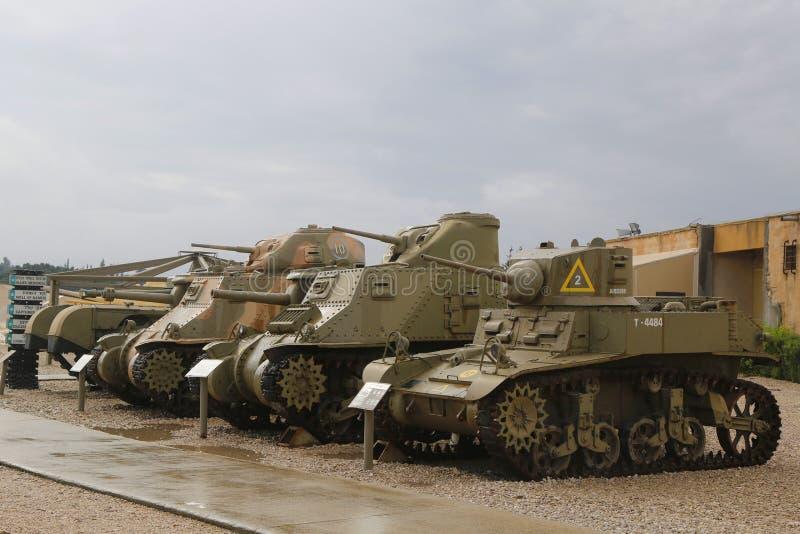 Lekcy zbiorniki z amerykaninem zrobili lekkiemu zbiornikowi M5A1 Stuart w przodzie na pokazie fotografia royalty free