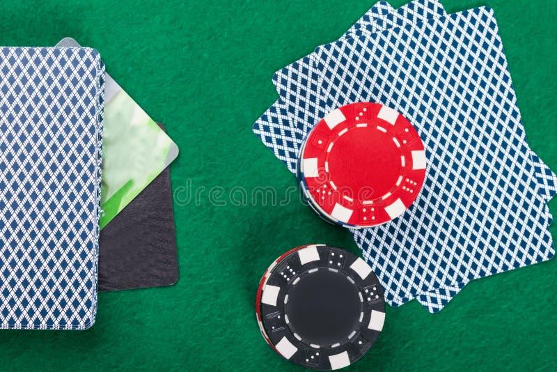 Leken av poker på kreditkortbetalningen för grön tabell arkivfoto