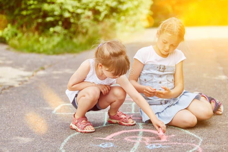 Leken för flickamålarfärghoppa hage på parkerar arkivfoton