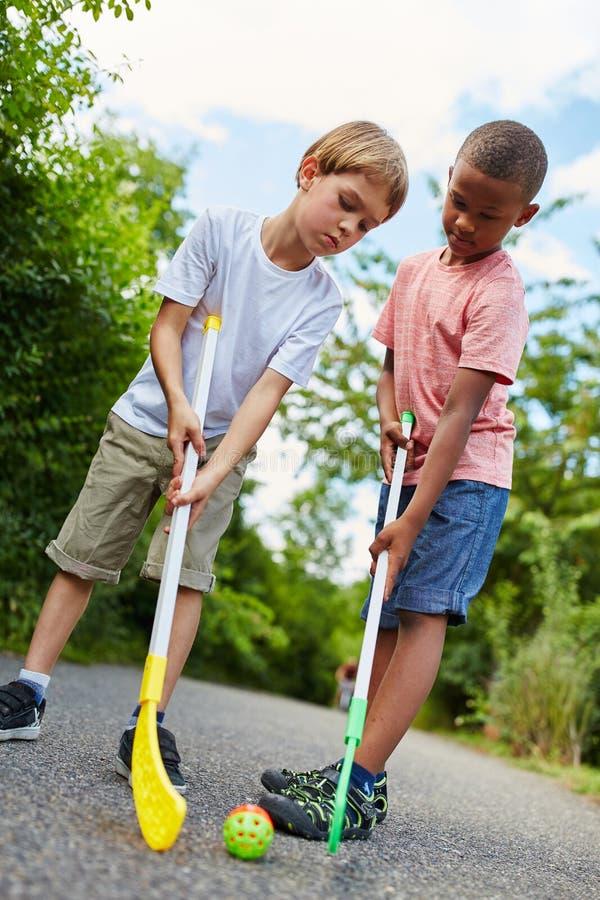 Lekhockey för två pojkar tillsammans royaltyfri fotografi