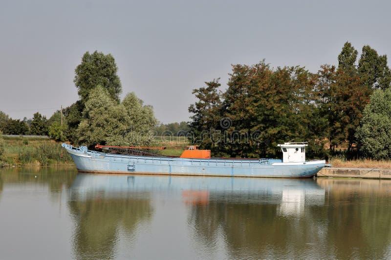 Lekka łódź w Po rzece obrazy stock