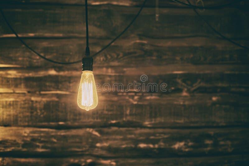 Lekka Edison żarówka na ciemnym drewnianym tle obraz stock