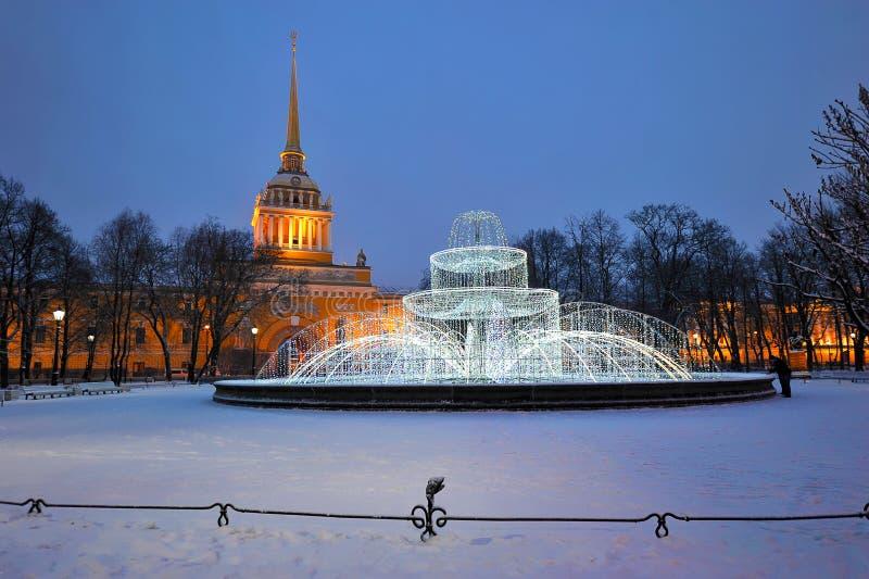 Lekka fontanna przed admiralicja budynkiem przy nocą w St fotografia stock