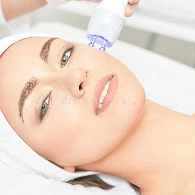 Lekka infrared terapia Kosmetologii kierownicza procedura pi?kna twarzy moda uzupe?niaj?ca kobieta Kosmetyczny salonu przyrz?d Tw zdjęcie royalty free