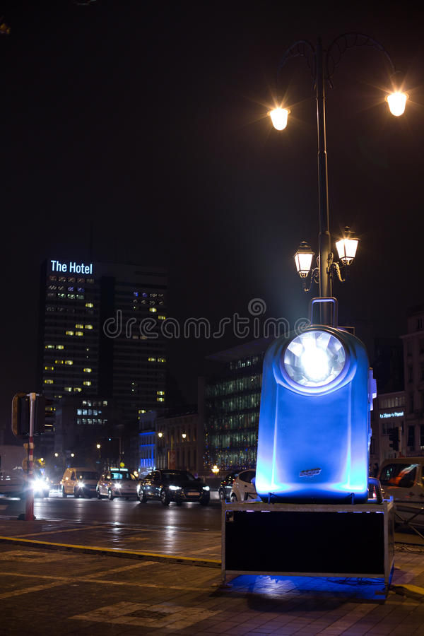 Lekka instalacja homaging stare francuz kieszeni latarki przy Porte de Namur jako część Jaskrawej Brukselskiej zimy zdjęcie royalty free