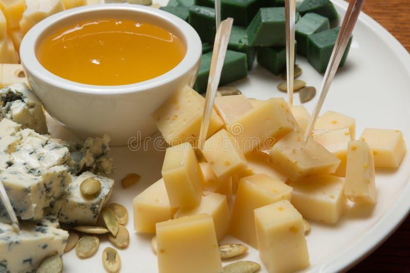 Lekka przekąska wino, asortowany ser i miód, makro- fotografia obrazy stock