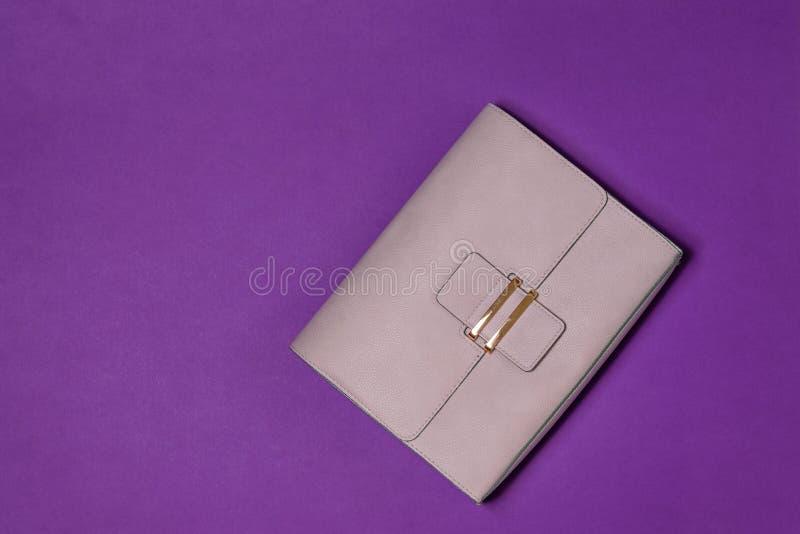 Lekka rzemienna kobiety torba na purpurowym tle Nowożytnych kobiet rzemienny akcesorium najlepszy widok obraz royalty free