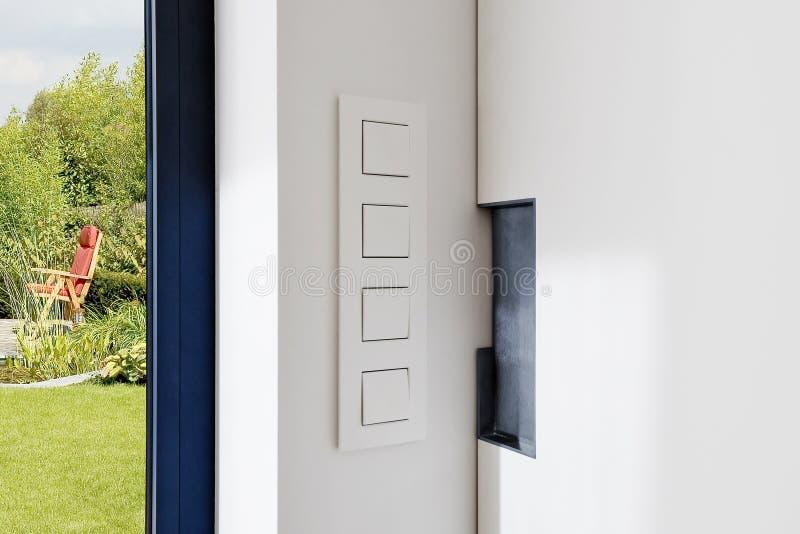 Lekka zmiana blisko ślizgowego drzwi w nowożytnym mieszkaniu fotografia stock