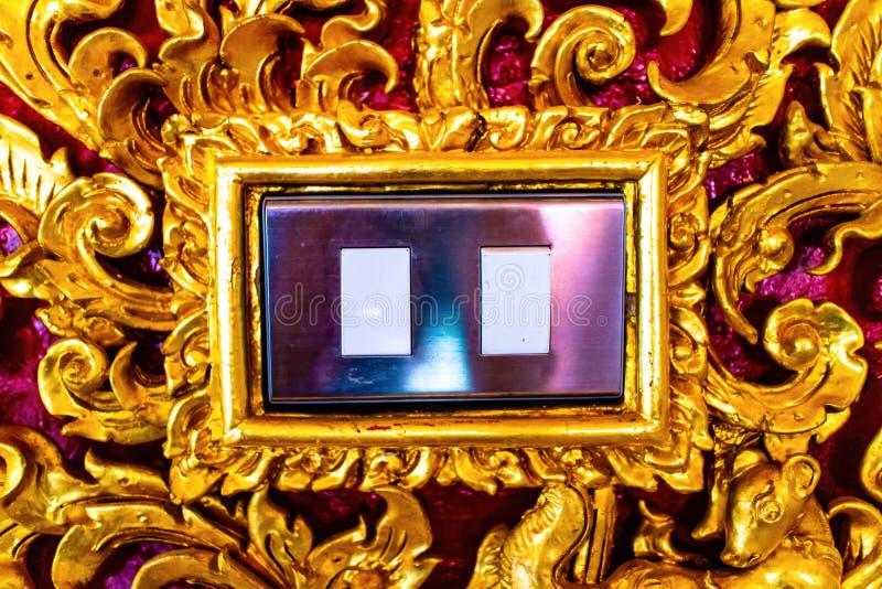 Lekka zmiana przy centrum tradycyjny Tajlandzki stylowy złoty drewno rzeźbił w świątyni fotografia royalty free