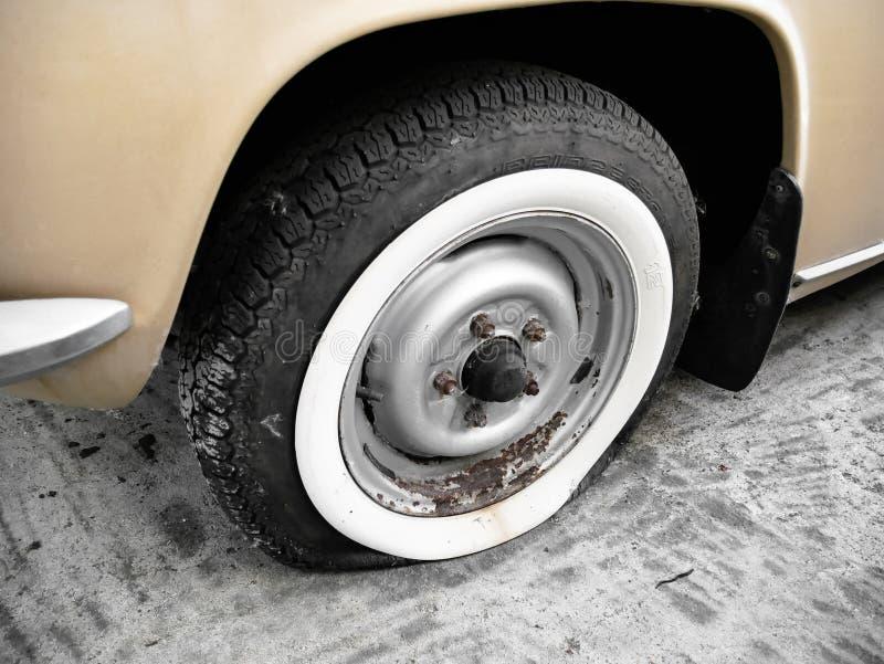 Lekke band van oude auto stock afbeeldingen