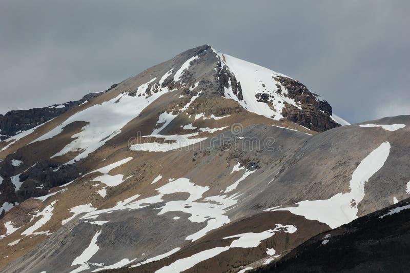 lekki cień wiosennego szczytu góry zdjęcie royalty free