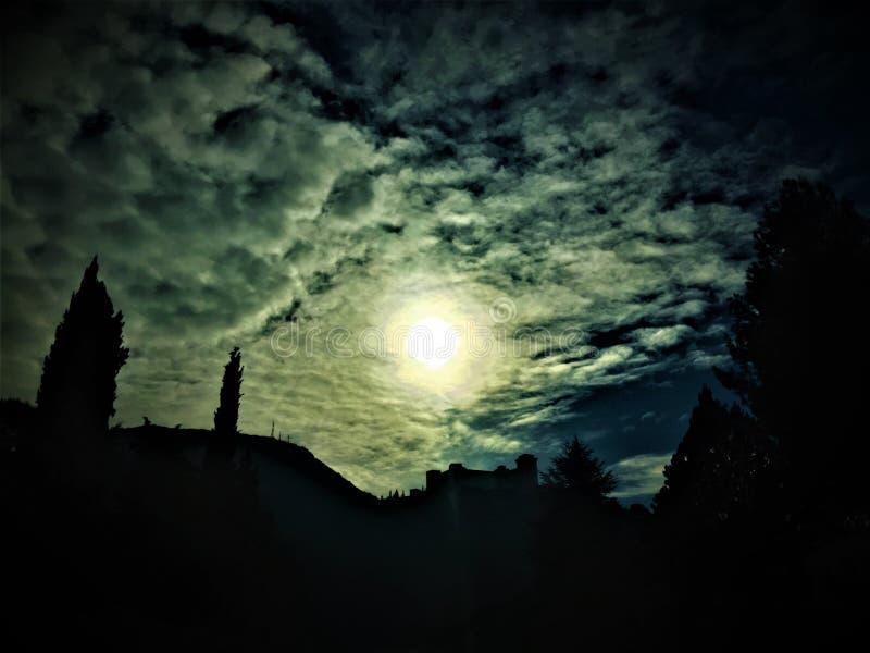 Lekki, ciemność, sen, koszmar, kasztel i chmury, obraz royalty free