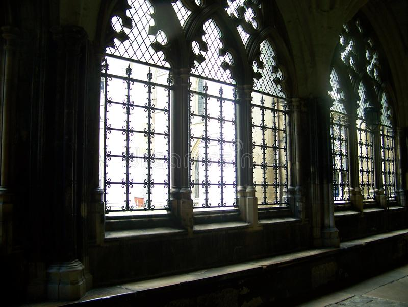 Lekki przybycie w kościelnych opactw okno obrazy stock