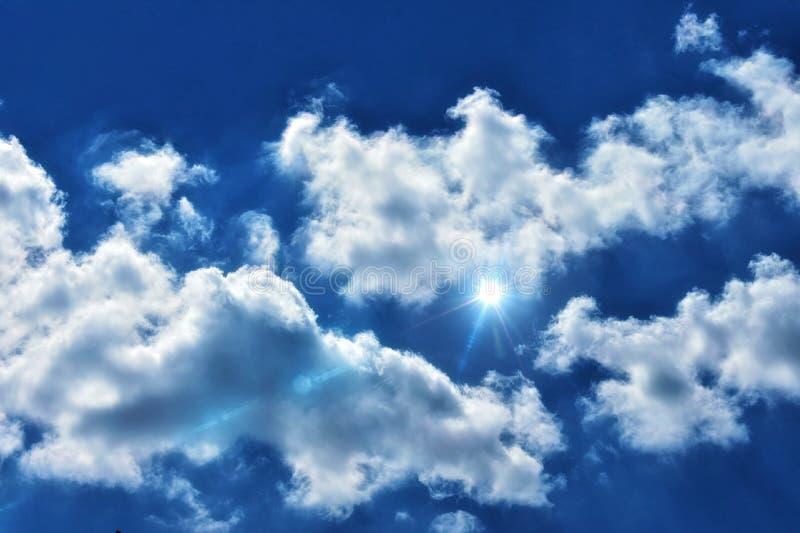 Download Lekki Raca W Chmurnym Niebieskim Niebie Obraz Stock - Obraz złożonej z raca, jaskrawy: 106919631