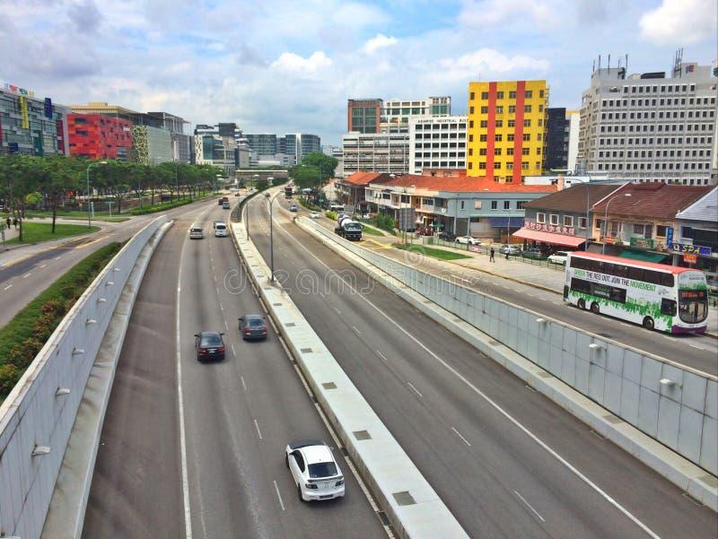 Lekki ruch drogowy na drogach - Singapur zdjęcia stock