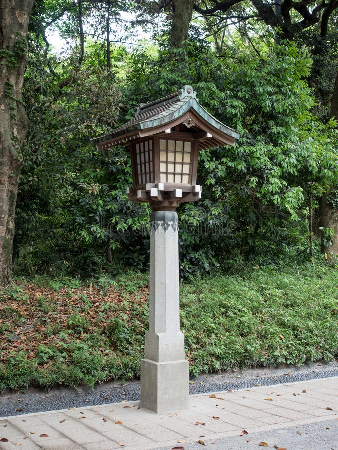Lekki słup przy Meiji Jingu świątynią, Tokio, Japonia zdjęcie royalty free