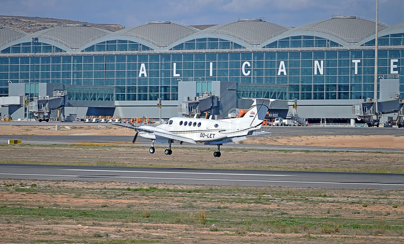 Lekki samolot Przyjeżdża Przy Alicante lotniskiem obraz royalty free