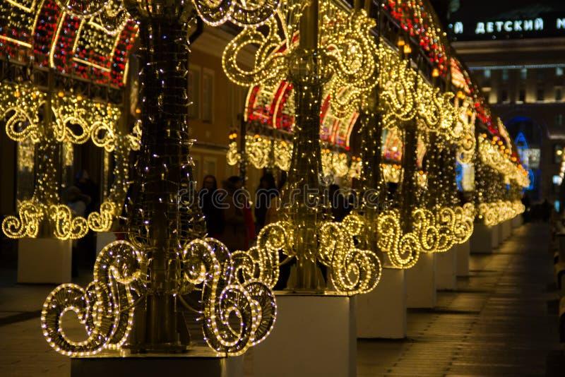 Lekki tunel z świecznikami w zmierzchu Długa lekka instalacja rozciągał wzdłuż chodniczka fotografia royalty free