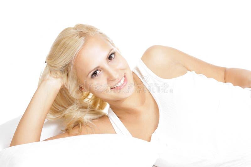 Lekki włosiany kobieta model, relaksuje w łóżku zdjęcia stock