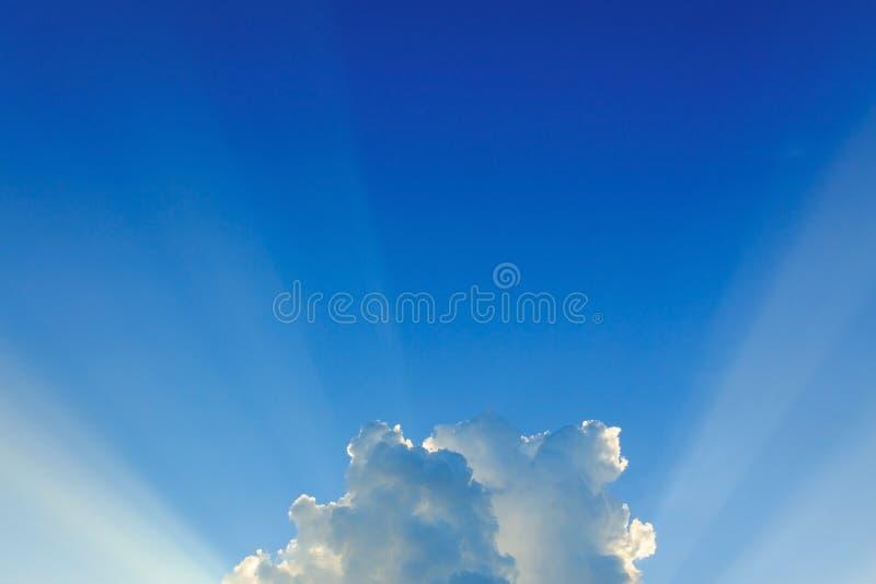 Lekkich promieni wybuch na jasnym niebieskim niebie obrazy royalty free