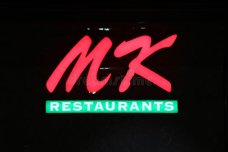 Lekkiego pudełka Dicut styl MK restauracj logo przy nocą przed Tesco Lotosowym Dyskontowym sklepem obrazy royalty free