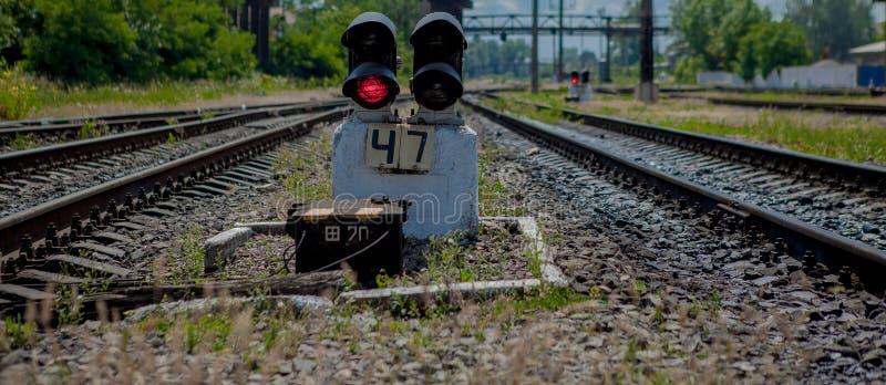 lekkiej kolei czerwony przedstawienie sygnału ruch drogowy Czerwone światło Kolejowi ślada z czerwone światło semaforem fotografia stock