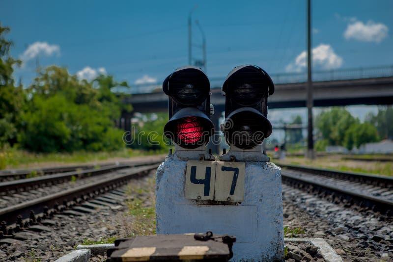lekkiej kolei czerwony przedstawienie sygnału ruch drogowy Czerwone światło Kolejowi ślada z czerwone światło semaforem zdjęcia stock