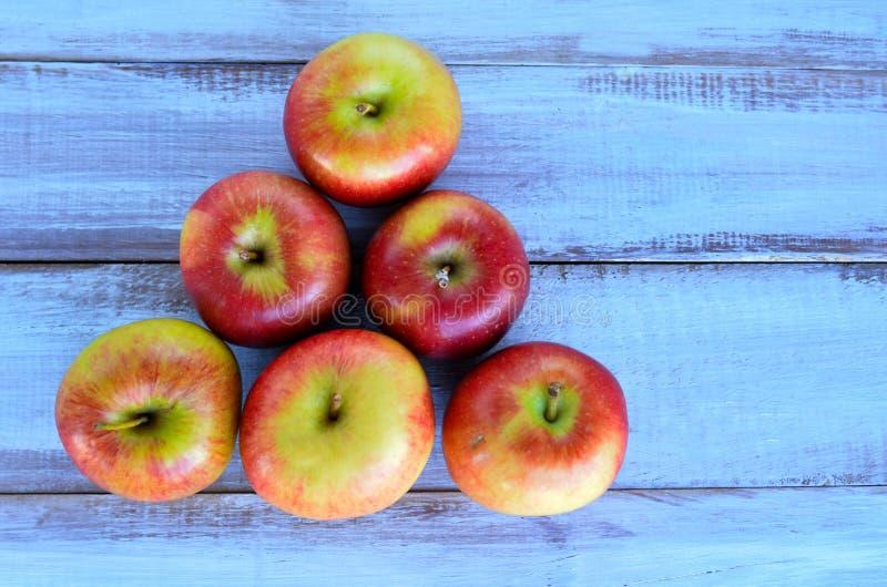 Lekmanna- äpplepyramidlägenhet arkivfoton