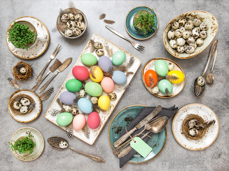 Lekmanna- färgade ägg för påsktabell garneringar framlänges royaltyfria bilder