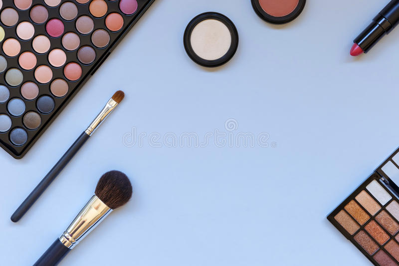 Lekmanna- foto för lägenhet av makeupprodukter med kopieringsutrymme royaltyfri bild