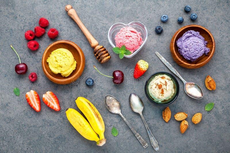 Lekmanna- glass för lägenhet med olika frukter hallon, blåbär, str arkivfoto