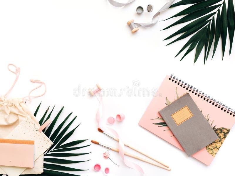 Lekmanna- idérik lägenhet, för kontorstabell för bästa sikt skrivbord Kvinnlig skrivbordworkspace fotografering för bildbyråer