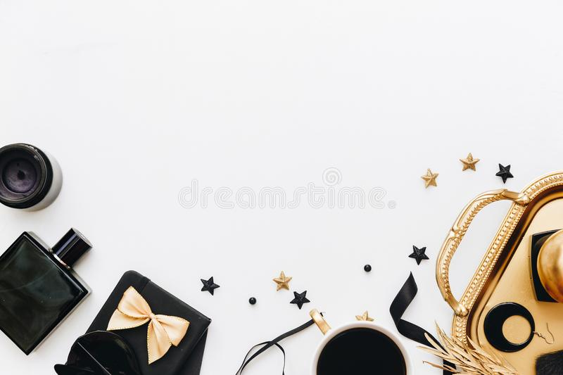 Lekmanna- kvinnlig tillbehör för lägenhet på vit bakgrund royaltyfri foto