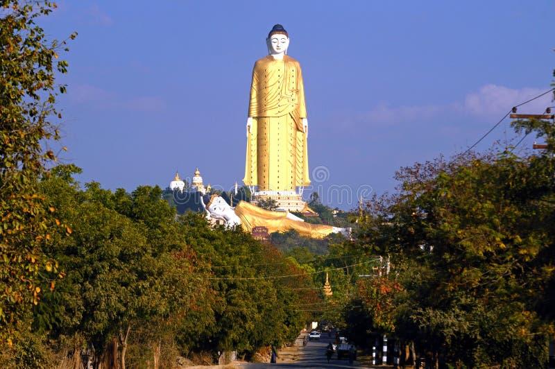 Lekmanna- Kyun Sakkya stående Buddhastaty royaltyfri fotografi