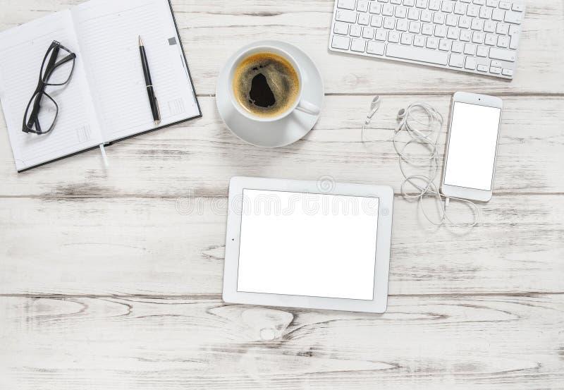 Lekmanna- lägenhet för kaffe för anteckningsbok för PC för minnestavla för kontorsskrivbord arkivbilder