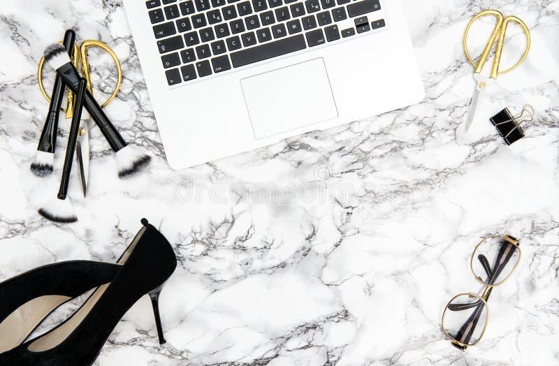 Lekmanna- lägenhet för mode för skrivbord för kontor för anteckningsboktillförseltillbehör royaltyfria foton