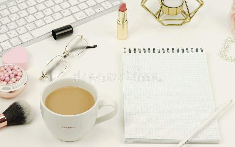 Lekmanna- lägenhet, kvinnligt skrivbord för bästa sikt, workspace fotografering för bildbyråer