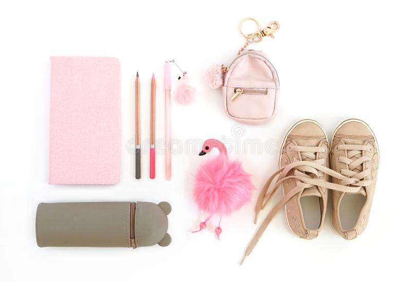 Lekmanna- lägenhet Notepad, blyertspennor, penna, blyertspennafall, keychain och ungefnissanden royaltyfri bild