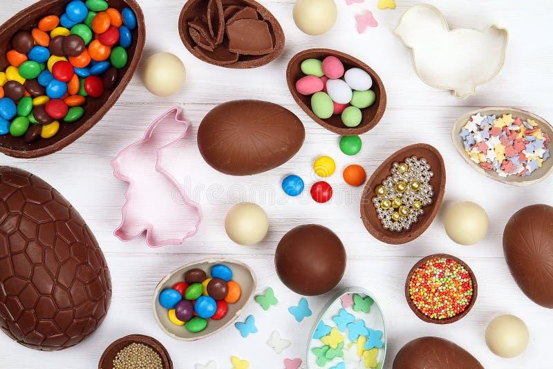 Lekmanna- lägenhet Påsk Chokladeaster ägg Tillbehör för påsk ovanför sikt arkivfoto