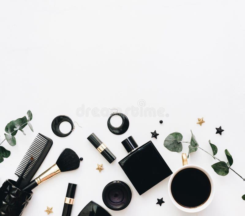 Lekmanna- lägenhet, skönhetbloggbegrepp Kvinnlig sminktillbehör på vit bakgrund royaltyfri foto