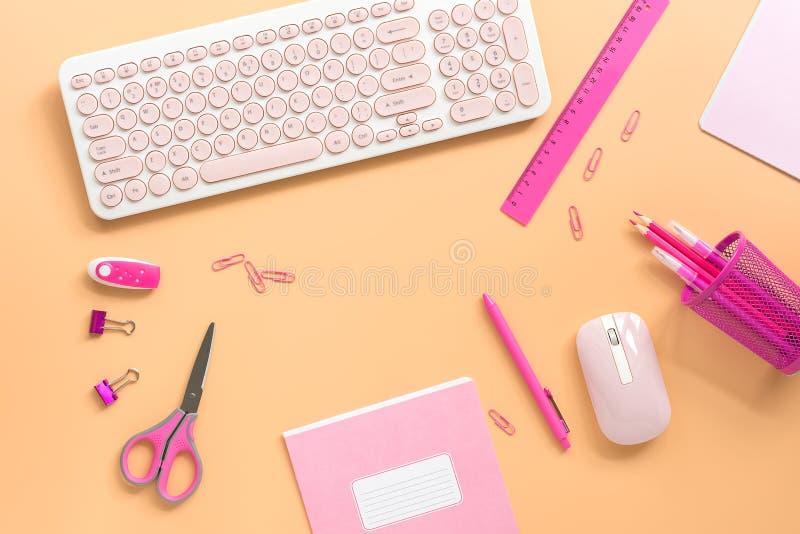 Lekmanna- l?genhet, f?r kontorstabell f?r b?sta sikt ram f?r skrivbord Kvinnlig workspace med en dator och en brevpapper till ros arkivfoto