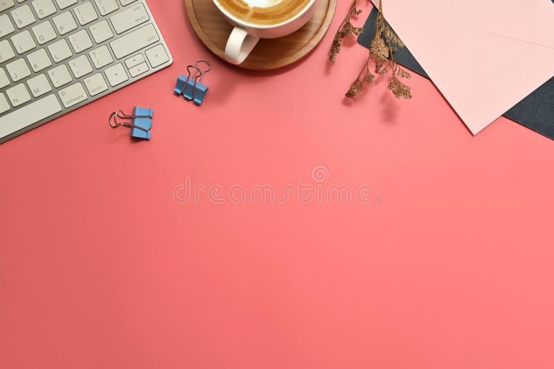 Plattbord för platta, översiktsbord Arbetsyta med tomt klipp, tangentbord, kontorsmateriel, penna, grönt blad och kaffe royaltyfria bilder