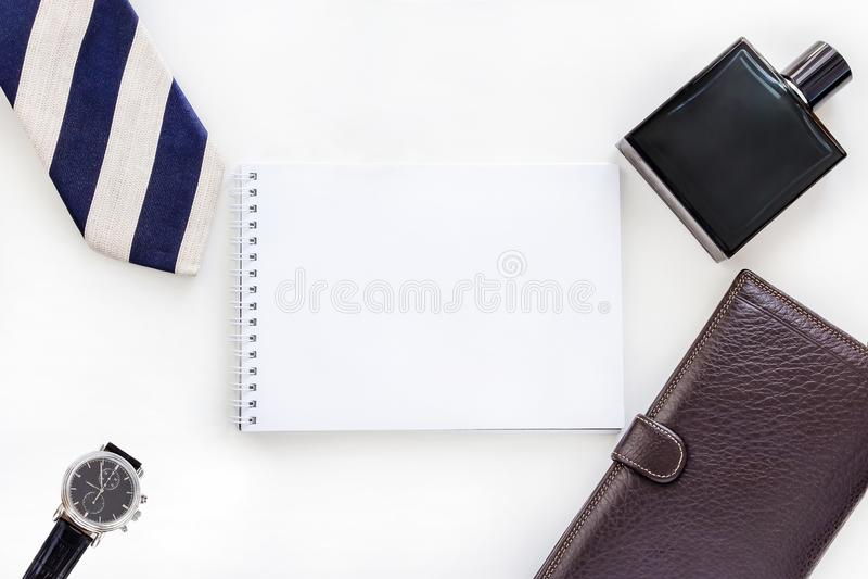 Lekmanna- manuppsättning för lägenhet: klocka, band, slipshållare, penna, doft, plånbok och notepad Åtlöje upp Top beskådar kopie arkivbild