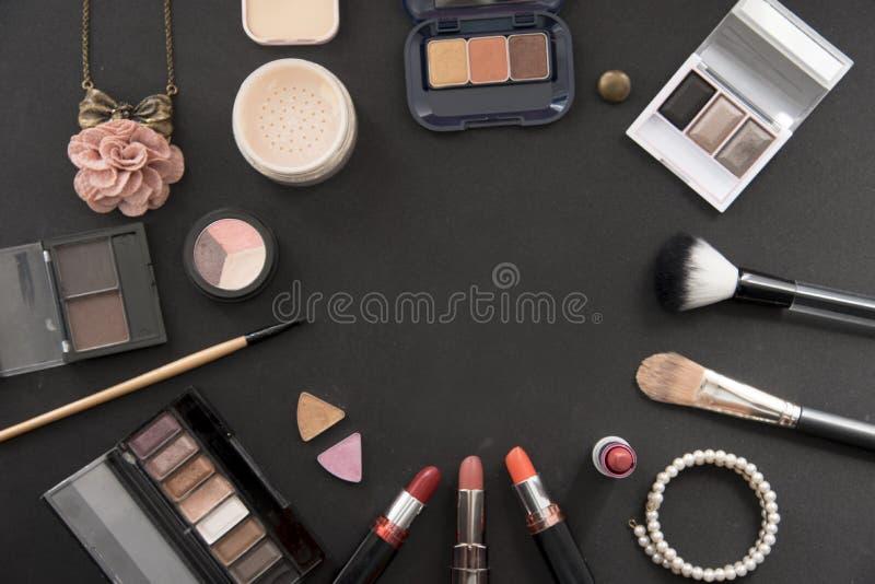 Lekmanna- sammansättning för dekorativ lägenhet med färgrik läppstift, pärlan och blommor arkivfoton