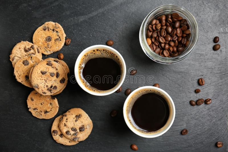 Lekmanna- sammansättning för lägenhet med aromatiskt varmt kaffe arkivbilder