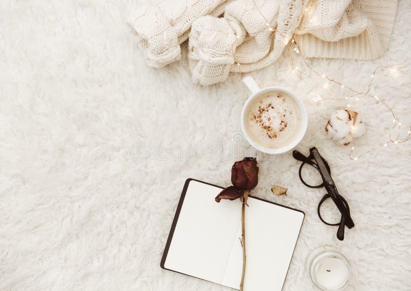 Lekmanna- sammansättning för lägenhet med koppen om kaffe och anteckningsbok arkivfoto