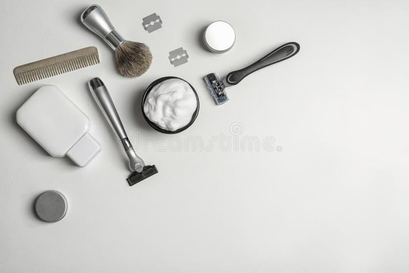 Lekmanna- sammansättning för lägenhet med man` s som rakar tillbehör och utrymme för text arkivfoton