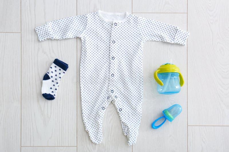 Lekmanna- sammansättning för lägenhet med trendig kläder för barn` s royaltyfri foto