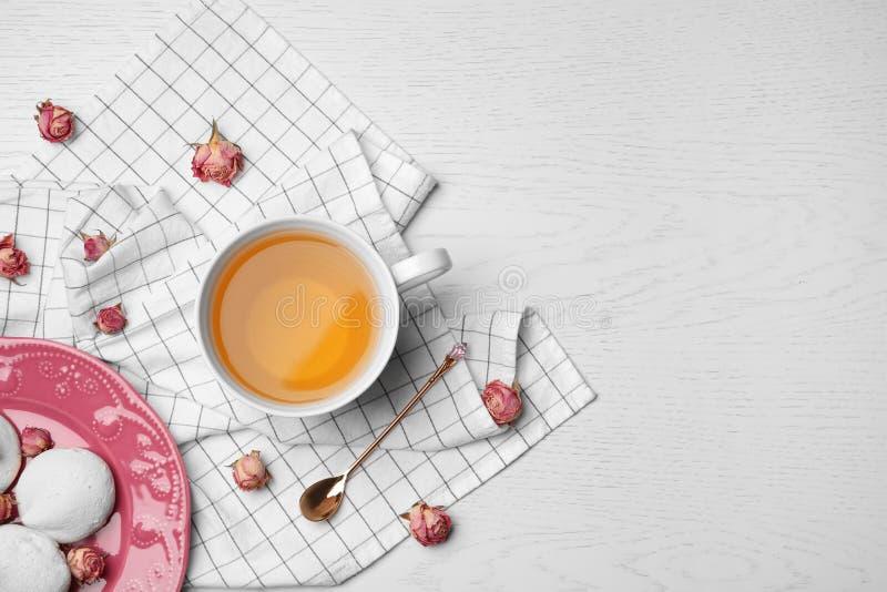 Lekmanna- sammansättning för lägenhet med varmt te, marängar fotografering för bildbyråer